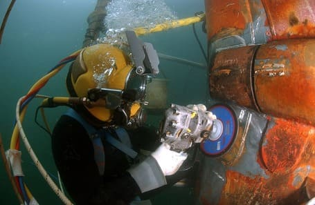 buceador con aire dependiente reparacion de casco de barco